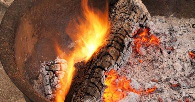 cendres de bois et bois brûlé